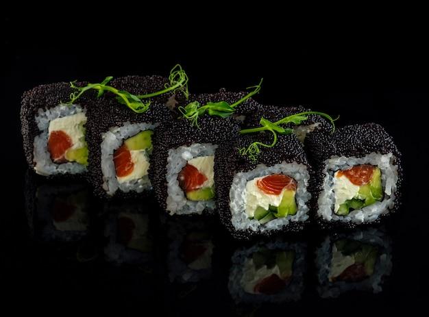 Roll con salmone, avocado e caviale tobiko.