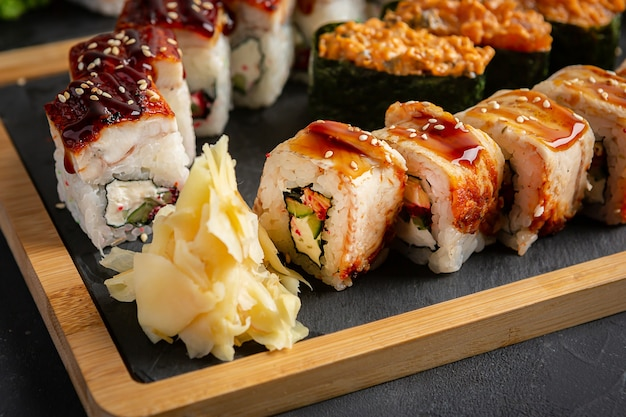 Rotolo con anguilla affumicata, formaggio e rucola. impostare il rotolo di sushi. cucina tradizionale giapponese.