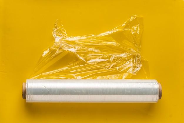 Rotolo di pellicola estensibile per imballaggio su sfondo colorato isolato