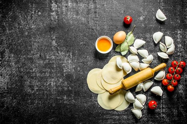Pasta stesa e gnocco crudo. sul tavolo rustico scuro