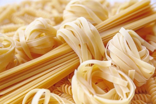 Tagliatelle crude arrotolate e spaghetti