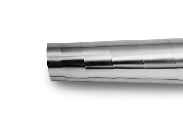 Lastre di metallo lucido laminate posate su uno sfondo bianco.
