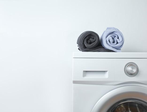 Maglioni arrotolati sulla lavatrice