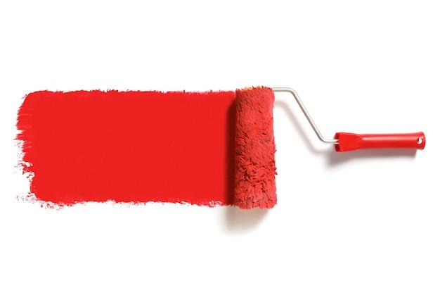 Spazzola a rullo con vernice rossa isolata