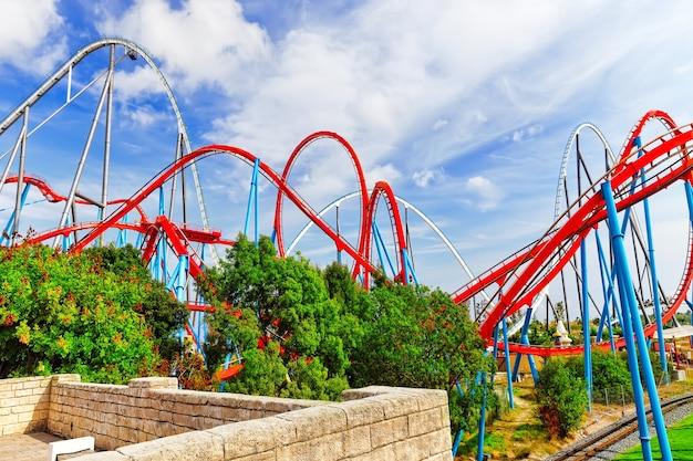 Montagne russe in un divertente parco di divertimenti.