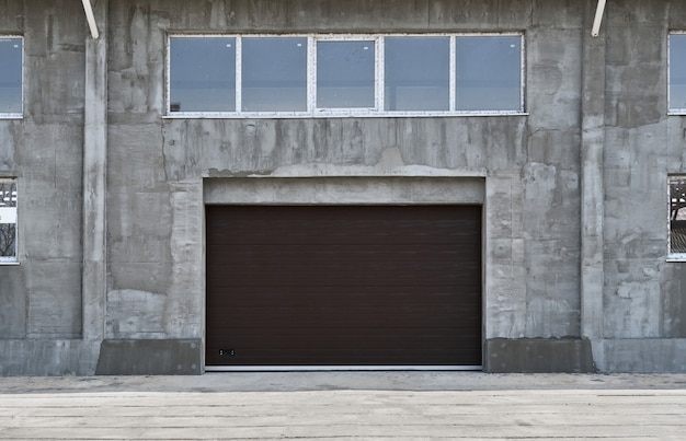 Serrande per garage o cancelli scorrevoli, costruzione o ristrutturazione di un garage o di un edificio industriale