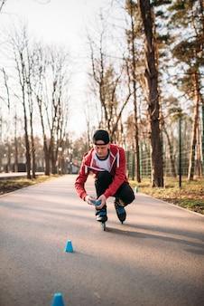 Pattinatore a rotelle in pattini, esercizio di equilibrio