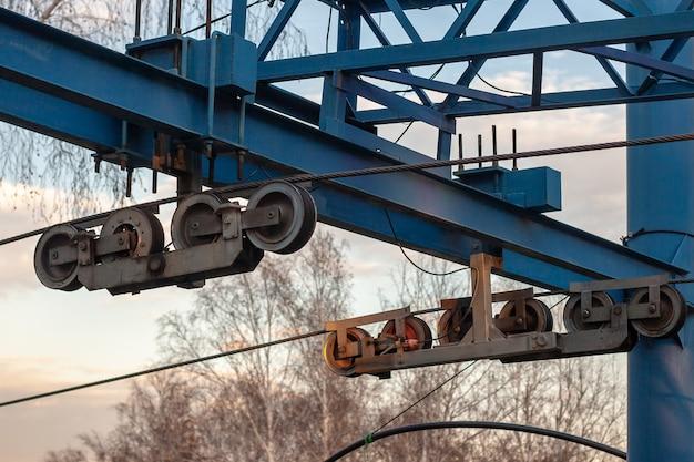 Sistema a rulli con cavi per impianto di risalita