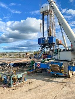 Rotolamento dell'utensile di perforazione sulle cremagliere. un sito di giacimenti petroliferi.