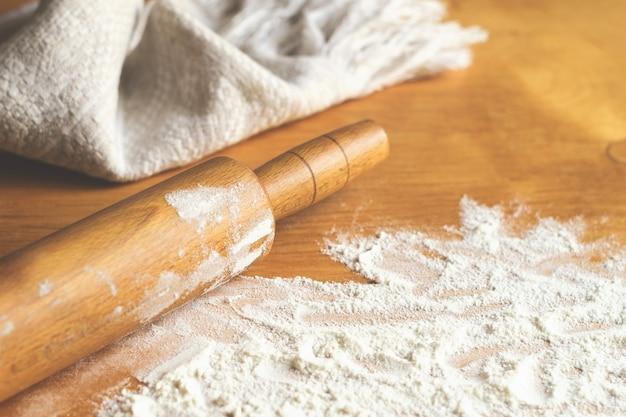 Mattarello, canovaccio e farina in tavola