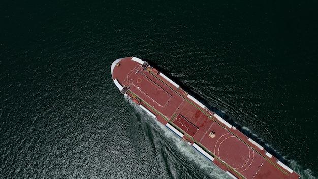 Rollon rollof nave che carica nuove auto in fila portacontainer automobilistico che galleggia in mare