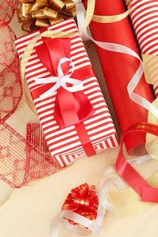 Rotoli di carta da regalo natalizia con nastri, fiocchi