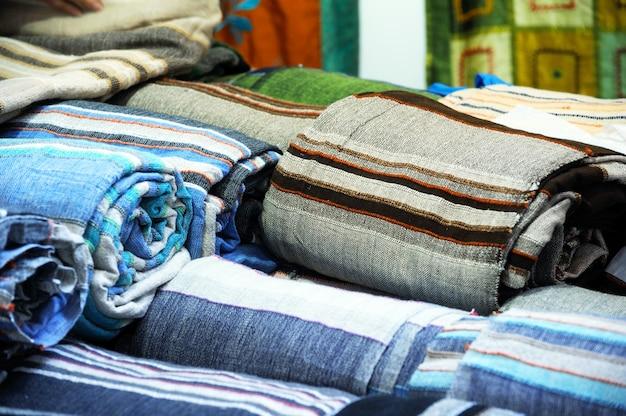 Rotoli di tessuto colorato come immagine di sfondo vivace