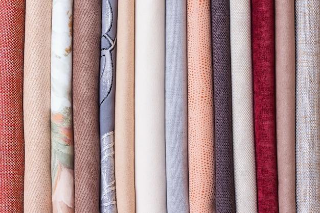 Rotoli di tessuto di velluto colorato. sfondo tessile