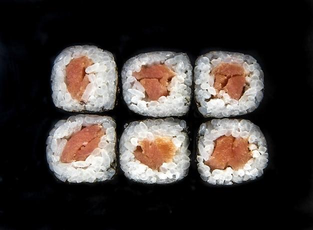 Rotoli isolati su sfondo nero. foto per il menù.