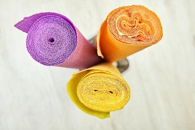 Rotoli di carta pieghettata multicolore per creatività e artigianato.