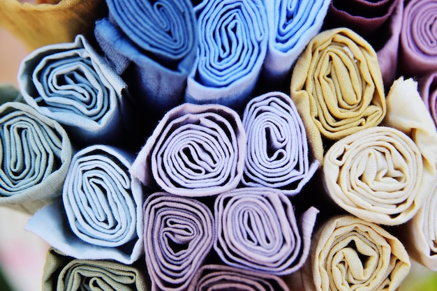 Rotoli di close-up tessuti multicolori.
