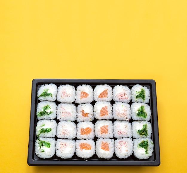 Rotoli in un contenitore di spedizione. consegna di cucina giapponese