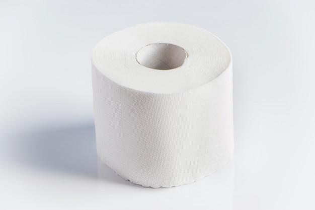Rotoli di carta igienica su uno sfondo bianco. acquisto in panico di beni essenziali.