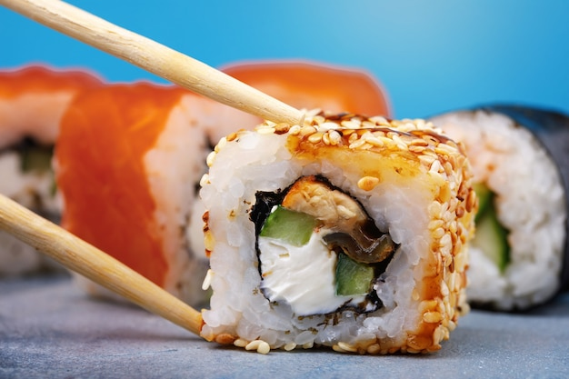 Rolls unagi maki con cetriolo, anguilla, sesamo e pesce rosso