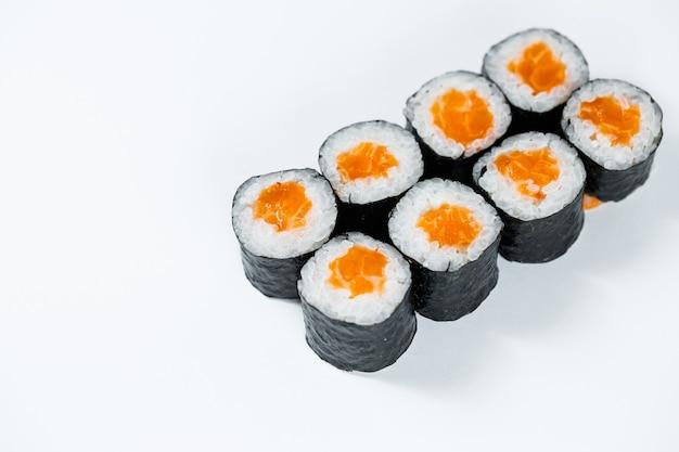 Involtini di pesce rosso, riso fresco con salmone avvolto in nori.