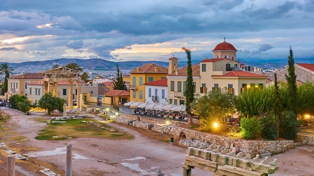 Agorà romana la città vecchia di atene al tramonto, grecia. paesaggio urbano al crepuscolo