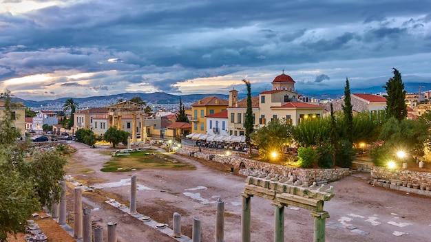 Agorà romana nella città vecchia di atene al crepuscolo, grecia. paesaggio urbano panoramico, punto di riferimento greco
