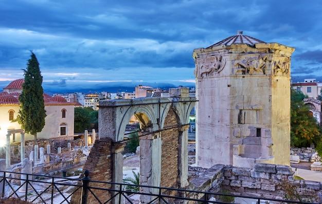Agorà romana con la torre dei venti nella città vecchia di atene al crepuscolo, grecia