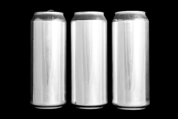 Numero romano 3 fatto di lattine di alluminio su sfondo nero numero isolato tre numerazione