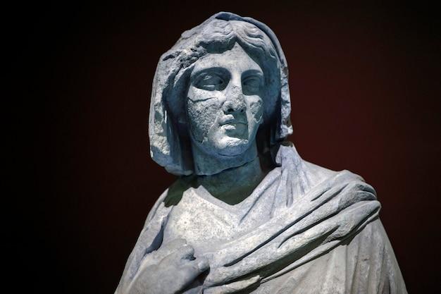 Statua romana. marmo. perge. ii secolo d.c. adalia turchia.