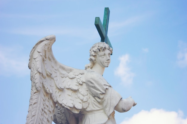 Statua romana con una croce