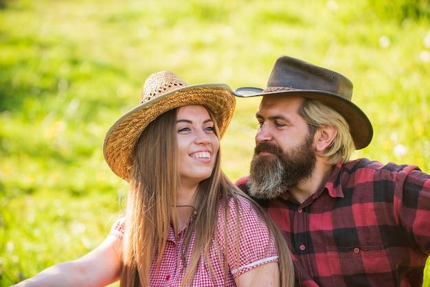 Attrazione romantica. la donna sexy e l'uomo barbuto godono di una relazione romantica. appello romantico. ragazza sensuale e hipster si rilassano sull'erba verde. coppia innamorata. vacanza romantica. fuga di fine settimana.