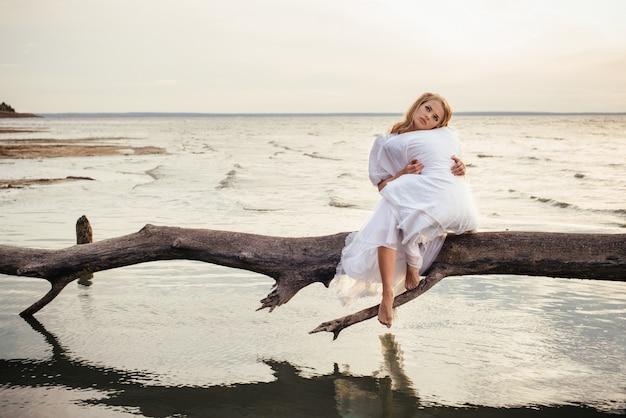 Donna bionda romantica che dorme sull'aria fresca