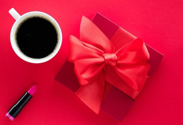 Celebrazione romantica stile di vita e regalo di compleanno concetto confezione regalo di bellezza di lusso e caffè su flatlay rosso