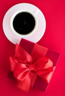 Celebrazione romantica stile di vita e regalo di compleanno concetto confezione regalo di bellezza di lusso e caffè su flatlay rosso red