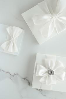 Celebrazione romantica stile di vita e concetto di regalo di vacanza regali di nozze di lusso su marmo
