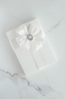 Celebrazione romantica stile di vita e regali di nozze di lusso concetto di vacanza su marmo