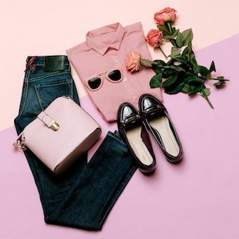 Set di vestiti romantici. moda casual da città. primavera e rosa. accessori di stile. maglietta rosa. jeans. borsa. bigiotteria per signora