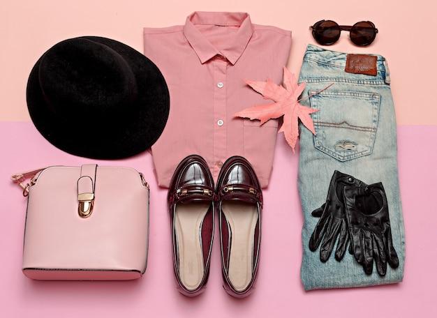 Set di vestiti romantici. moda casual da città. primavera. accessori alla moda. maglietta rosa. jeans. borsa. cappello per signora