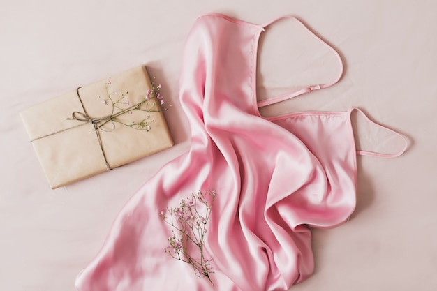 Composizione romantica con un regalo in fiori di carta artigianale e tessuto di seta