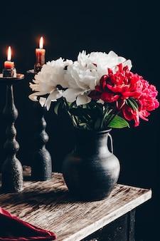 Composizione romantica con peonie e vino