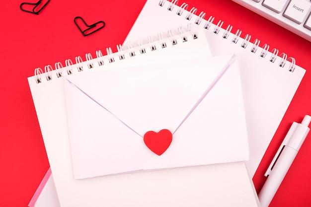 Congratulazioni romantiche per san valentino. fatto a mano, dichiarazione d'amore in una busta. cartolina di vacanza piatta, minima.