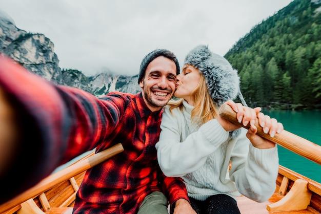 Coppia romantica di adulti innamorati che prendono un selfie su una barca