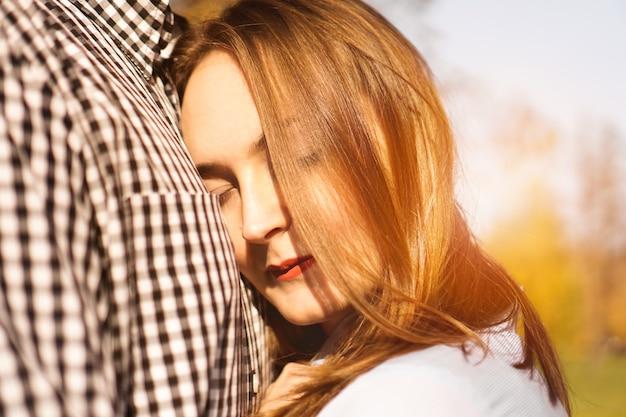 Coppia romantica nel parco autunnale - giornata di sole - concetto di amore, relazione e appuntamenti