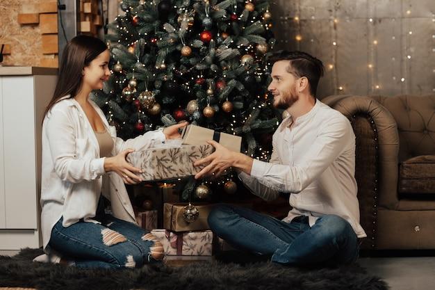 Coppia romantica cambiando regali.