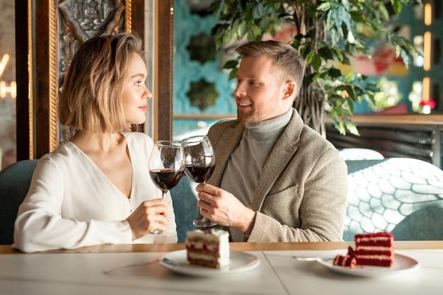 Bicchieri tintinnanti coppia romantica