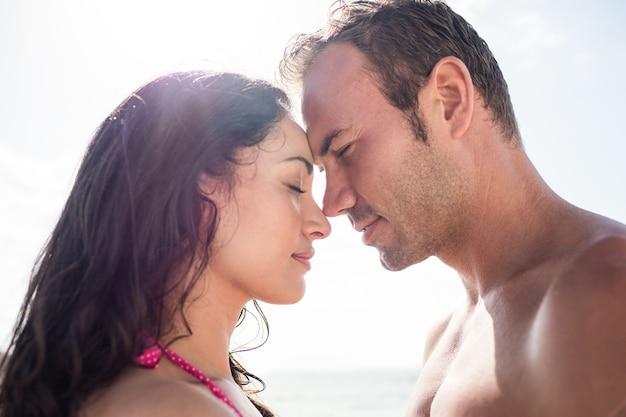 Coppie romantiche che abbracciano faccia a faccia