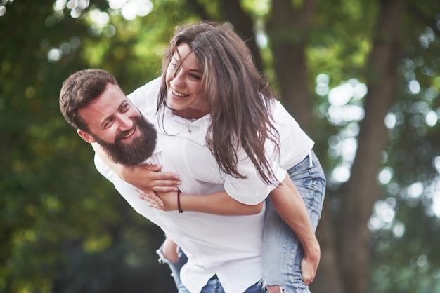 Coppia romantica enyojing nei momenti di felicità nel parco. stile di vita concetto amore e tenerezza