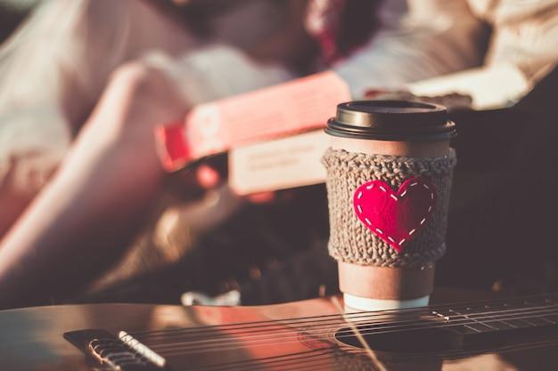 Coppia romantica che fa un picnic alla luce del tramonto tazza da caffè accogliente manica a maglia con cuore rosso in feltro