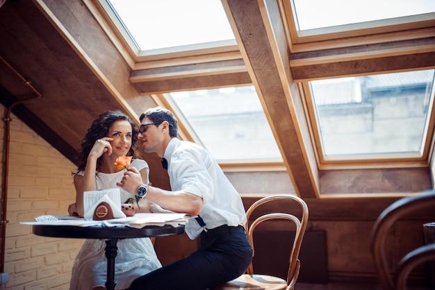 Coppia romantica in amore legame nel caffè